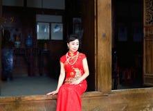Cheongsamvrouw die traditionele Chinese kleding dragen Royalty-vrije Stock Foto