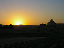 Cheops金字塔在落日的背景的 免版税库存照片