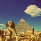 Cheops pyramid och sfinx i Egypten - retro stil för tappning Royaltyfria Bilder