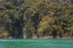 Cheow Lan水坝Ratchaprapha水坝的, Khao Sok国家公园,泰国美丽的湖 免版税图库摄影