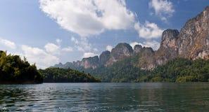 Cheow Lan Lake of Rajjaprabha-Damreservoir, Thail Royalty-vrije Stock Afbeeldingen