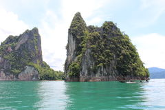 Cheow lan-Seelandschaftsansicht limestgone Felsen und langer Schwanz Lizenzfreies Stockfoto