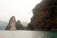 Cheow Larn湖观点和地标Ratchaprapa水坝的 库存图片