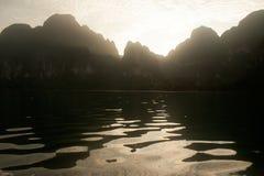 Cheow Larn湖观点和地标Ratchaprapa水坝的 库存照片