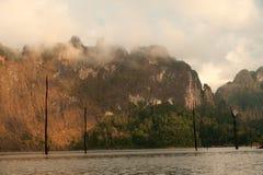 Cheow Larn湖观点和地标Ratchaprapa水坝的 免版税库存图片