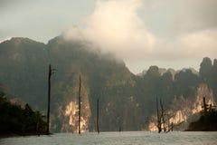 Cheow Larn湖观点和地标Ratchaprapa水坝的 免版税图库摄影