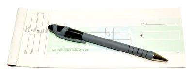 Chequeboek en Pen stock afbeeldingen