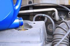 Chequeo automotriz del motor del nivel de aceite del mantenimiento fotos de archivo libres de regalías