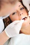 Chequeo de los dientes del dentista Imágenes de archivo libres de regalías