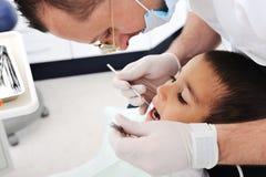Chequeo de los dientes del dentista Imagenes de archivo