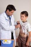 Chequeo médico del niño Foto de archivo libre de regalías