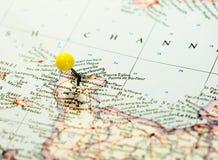 Cherbourg Francia fijada en el mapa de ruta imagenes de archivo