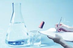Chercheur avec les tubes à essai chimiques de laboratoire en verre avec le liquide pour la recherche analytique, médicale, pharma Images libres de droits