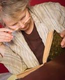 Chercheur avec ses livres et notes photos libres de droits