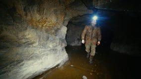 Chercheur avec une lampe-torche marchant sur la glace dans une mine abandonnée banque de vidéos