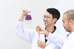 Chercheur beau supérieur se mélangeant au tube à essai de couleur photos stock