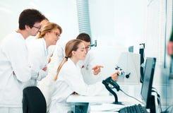 Chercheur dans le laboratoire, médecins avec des équipements photos libres de droits