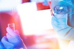 Chercheur de la science de pharmacologie travaillant dans le laboratoire photo stock