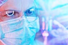 Chercheur de la science de pharmacologie travaillant dans le laboratoire photos libres de droits