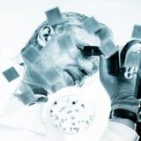 Chercheur des sciences de la vie microscoping Photos stock