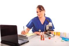 Chercheur féminin à un laboratoire regardant l'appareil-photo photographie stock