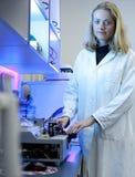 Chercheur féminin dans un laboratoire Photo stock