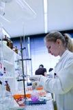 Chercheur féminin dans un laboratoire Images stock