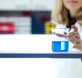 Chercheur féminin dans un laboratoire de chimie Photo stock