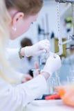 Chercheur féminin dans un laboratoire de chimie Images libres de droits