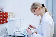 Chercheur féminin dans un laboratoire de chimie Images stock