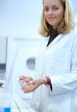 Chercheur féminin travaillant dans un laboratoire Photo stock