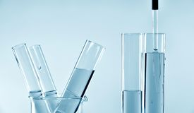 Chercheur faisant la recherche et développement dans le laboratoire photos stock