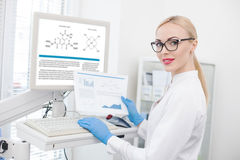 Chercheur féminin habile travaillant avec la technologie moderne Image stock