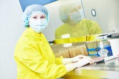 Chercheur féminin travaillant avec le matériel dangereux de virus de risque Image stock