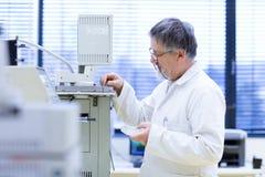 Chercheur mâle aîné dans un laboratoire Images stock