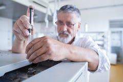 Chercheur mâle aîné dans un laboratoire Photos stock
