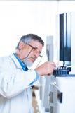 Chercheur mâle aîné dans un laboratoire Photo libre de droits