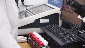Chercheur médical ou scientifique féminin à l'aide des tubes à essai sur le laboratoire clip Scientifique féminin Analyzes Liquid banque de vidéos