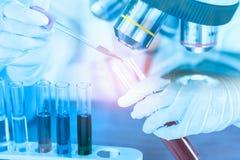 Chercheur médical ou scientifique féminin à l'aide du tube à essai sur le travail image libre de droits