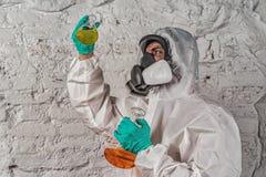 Chercheur masculin analysant le réactif liquide en verrerie de laboratoire images libres de droits