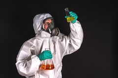 Chercheur masculin analysant le réactif liquide en verrerie de laboratoire images stock