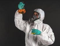 Chercheur masculin analysant le réactif liquide en verrerie de laboratoire photos libres de droits