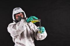 Chercheur masculin analysant le réactif liquide en verrerie de laboratoire photos stock