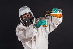 Chercheur masculin analysant le réactif liquide en verrerie de laboratoire photographie stock libre de droits