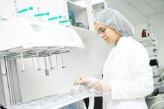 Chercheur pharmaceutique faisant l'essai de dissolution Image libre de droits