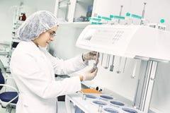 Chercheur pharmaceutique faisant l'essai de dissolution Photographie stock libre de droits