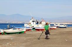 Chercheur pour des métaux le long de côte espagnole, Andalousie Photographie stock libre de droits