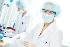 Chercheur scientifique féminin faisant l'expérience de médecine Photo stock