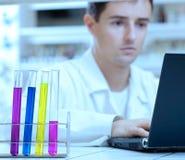 chercheur travaillant sur un ordinateur portatif Image stock