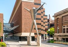 Chercheurs promenade et mur de découverte sur le campus de l'Univers Photographie stock libre de droits